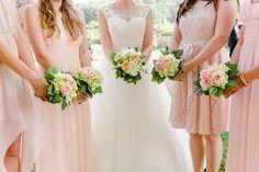 Brautjungerkleider und Sträuße in Altrosa. Foto: Ben Kruse