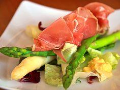 Vit och grön sparris med serranoskinka | Recept.nu