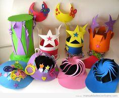 Coronas y sombreros hechos con foamy para fiesta infantil