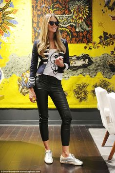 A splash of colour! Her neutral outfit contrasted well against the busy bright yellow artwork she posed in front of. - Total Street Style Looks And Fashion Outfit Ideas Funky Fashion, Cool Street Fashion, Fashion News, Womens Fashion, Style Fashion, Fashion Trends, Elle Macpherson, Modell Street-style, Street Looks