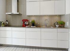Кухня в цветах: серый, белый, темно-зеленый, бежевый. Кухня в стиле скандинавский стиль.