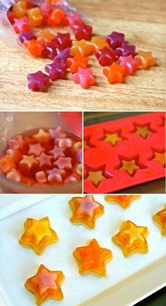 7. Las gomitas y un molde de hielos te pueden ayudar a darle diferentes texturas a la gelatina, unas partes estarán más suaves que otras.