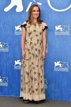 Natalie Portman Fait une Superbe Halte Sur le Tapis Rouge du Festival du Film de Venise