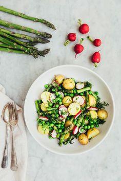 GUF. Alle de bedste sommerråvarer finder du i denne salat: asparges, nye kartofler, radiser og ærter. Foto: Ditte Ingemann (Recipe in Danish)