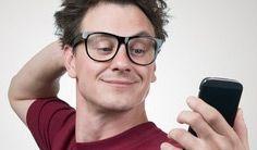 ein junger, selbstverliebter Mann macht ein Selfie