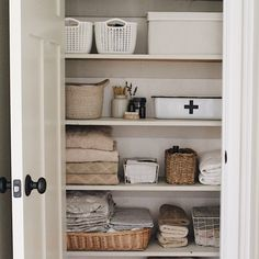 Bathrooms with Bathtubs: Projects, Photos and Ideas! - Home Fashion Trend Linen Closet Organization, Pantry Organisation, Closet Storage, Bedroom Vintage, Vintage Closet, Organizing Your Home, Organizer, Interior Design Inspiration, Getting Organized