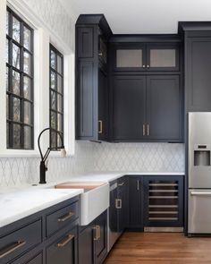 Küchen-Design-Ideen - Home Bunch Interior Design-Ideen - Home Design Dark Blue Kitchen Cabinets, Dark Blue Kitchens, All White Kitchen, Green Cabinets, Backsplash With Dark Cabinets, Painted Kitchen Cabinets, Navy Cabinets, Modern Cabinets, Wood Cabinets