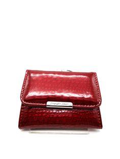 Jennifer Jons márkájú kisméretű bőrlakk női pénztárca. Elől patenttal nyitható rész tartalmaz, egy papírpénztartó rekeszt és egy kártyatartót. Aprópénztartója ezüst színű kapoccsal nyitható.  Méret: 9,5 x 7,5 cm Card Case, Wallet, Purses, Diy Wallet, Purse