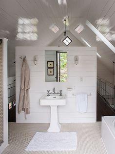 Banheiro com Parede de Madeira em Branco  Fonte: rclermont2.wix.com. Penny tile and horizontal planks...