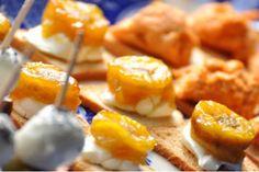 Canapés de banana com queijo cremoso  Torradinhas para canapés    100g de requeijão cremoso ou cream cheese    1 colher de sopa de salsinha picada    1 colher de sopa de suco de gengibre (ralado e espremido)    3 bananas nanicas ou 5 mini-bananinhas    1 colher de sopa de manteiga    3 colheres de sopa de açúcar (rasas)