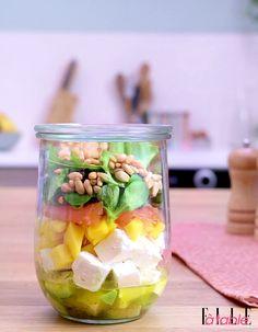 Recette Salad in a jar (salade en bocal) : Mélangez tous les ingrédients de la vinaigrette (Melfor, huile d'olive, jus de citron et poivre) dans le bocal. Ajoutez ensuite une couche de cubes d'avocat, de feta, de mangue, le saumon fumé, de la salade et terminez par les pignons de pin. Fermez ...