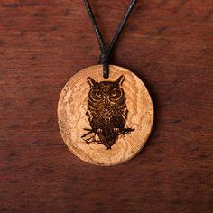 Eule grumpy - Ketten Holzschmuck aus Naturholz / Anhänger Washer Necklace, Pendant Necklace, Wood Burning, Jewelry, Ideas, Art, Chains, Owls, Ear Piercings