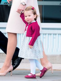 Kate Middleton et ses enfants disent 'bye bye' au Canada Charlotte Baby, George Et Charlotte, Kate Baby, Princess Katherine, Royal Princess, Prince And Princess, Prince William Family, Prince William And Catherine, Pippa Middleton
