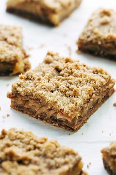 Addicting Caramel Apple Crisp Bars - these layered bars are so simple! loaded with homemade caramel and apples. ♡