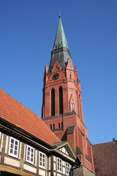 Pfarrkirche St. Martin - Die Hauptkirche Nienburgs wurde im Stil der Norddeutschen Backsteingotik errichtet. Mit ihrem 72 Meter hohen Turm ist sie das Wahrzeichen der Stadt. Reste mittelalterlicher Ausmalungen, Bildwerke, Sarkophage, wertvolle Grabmale befinden sich im Innerern. Vor der Kirche stehen Skulpturen von Karl dem Großen und Widukind.
