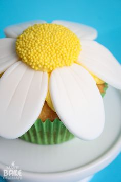 how to: daisy cupcakes.   could use modeling chocolate for the petals for a fondant freee version