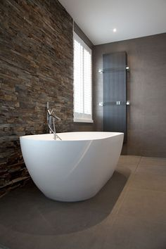 Badkamer, bad, vrijstaand bad, sanitair, verrassende renovatie, Denoldervleugels Bathroom Goals, Basement Bathroom, Master Bathroom, Internal Design, Contemporary Baths, Art Of Living, Beautiful Bathrooms, Bathroom Interior Design, Bathroom Inspiration
