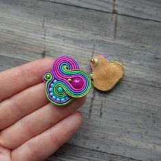 Pendientes hechos método de bordado soutache Pendientes son muy ligeros y muy agradecido. En el centro es un granos de cristal rosa. Longitud de pendientes de 3 cm. Pendientes acabados con cuero natural. Doble cara impregnada. Soutache Earrings, Diy Earrings, Fashion Earrings, Soutache Tutorial, Earring Cards, Quilling Art, Diy Accessories, Beading Tutorials, How To Make Beads