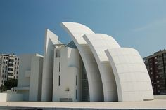 Jubilee Church - Rome,Italy - Designed in 1996 by architect Richard Meier, the church has curved walls which serve the engineering purpose of minimizing thermal peak loads in the interior space - regulate the temperature inside. Architecture Design, Church Architecture, Amazing Architecture, Contemporary Architecture, Concrete Architecture, Concrete Building, Unusual Buildings, Amazing Buildings, Richard Meier