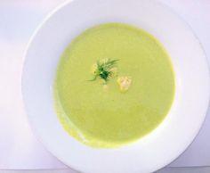 Zupa szparagowa Składniki : 2 pęczki szparagów zielonych 2 pory cebula 1 ząbek czosnku kilka kropli soku z cytryny sól, pieprz, skórka otarta z cytryny, tymianek