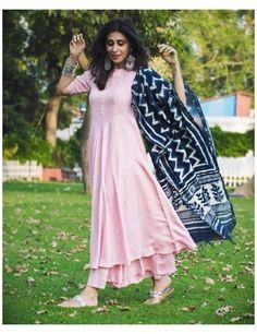 Simple Kurti Designs, Kurti Neck Designs, Kurta Designs Women, Kurti Designs Party Wear, Salwar Designs, Simple Pakistani Dresses, Indian Gowns Dresses, Dress Indian Style, Indian Outfits