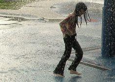 Chuva - rain - lluvia - chovendo - raining - lloviendo - temporal - tempestade - storm - tormenta - dias - days - día - chuvoso - rainy - lluvioso - água - water - gotas - drops - moda - fashion - look - estilo - style - jeans - casual - menina - girl – chica – criança – child – niño – feliz – happy – felicidade – happiness – brincar – play – jugar - brincando – playing – jugando – diversão – diversión - divertindo-se - having fun - divertirse - rua – street – road – calle