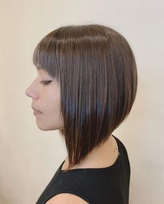 21 Inverted Bob with Bangs You'll Regret Not Seeing Angled Bob Hairstyles, Asymmetrical Bob Haircuts, Bob Hairstyles For Fine Hair, Long Bob Haircuts, Short Textured Bob, Short Angled Bobs, Long Bobs, Bob Haircut With Bangs, Blunt Bob With Bangs