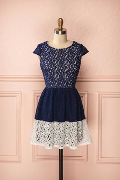 Valari ♥ Le marine et le blanc donnent une allure fraîche à cette robe de dentelle fleurie. Navy and white give to this flowery lace dress a breezy allure.
