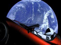 """Il pluri milionario Elon Musk ha lanciato in orbita il suo primo razzo chiamato """"Falcon Heavy"""" con a bordo una Tesla Roadster pilotata da un finto astronave. Ecco le foto scattate dalla Tesla nello spazio!"""