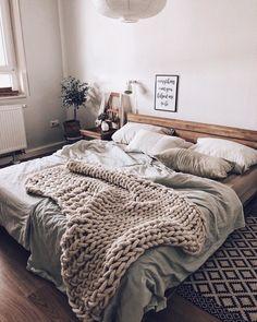 Messy But Cozy Bedstuation | SoLebIch.de Foto: BohoandNordic #solebich # Schlafzimmer #