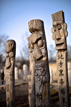 Jangseung, Korean Totems, photographed by Lee Kyu-Dong on Wood Carving Faces, Wood Carving Designs, Tree Carving, Wood Carving Art, Korean Traditional, Traditional Art, Yard Sculptures, Tiki Art, Arte Tribal