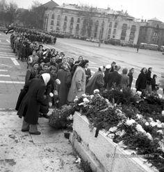 """Budapest, 1956. december 4. """"Bejutottunk a hősi emlékműhöz, ahol elhelyeztük a virágokat. Körben mindenütt páncélautók voltak tele orosz katonákkal. Egy idő után felszólítottak a kiskatonák minket, hogy most már távozzunk."""" [Egy résztvevő visszaemlékezése] A december 4-ére szervezett nőtüntetés során koszorúkat és virágcsokrokat helyeznek el a névtelen katona sírjára. A háttérben már járnak a trolibuszok, autók. MTI Fotó: Horling Róbert, Petrovits László Dolores Park, Street View, Marvel, Budapest"""