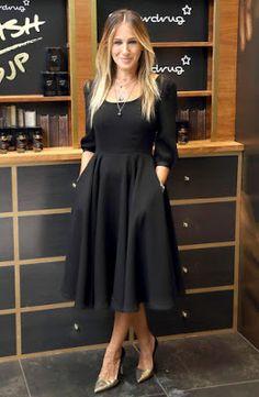 Sarah Jessica Parker dans une robe midi noire A-line - Dress Cocktail new Sarah Jessica Parker, Midi Dress Outfit, Dress Skirt, Dress Outfits, Midi Dresses, Modest Fashion, Fashion Dresses, Woman Dresses, Style Fashion