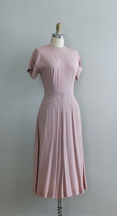 vintage 1940s  Saks Fifth Avenue crepe dress pale lilac crepe dress with high neckline, short sleeves and pretty stitched scallops and brass studs at collar and waist. metal back zipper.