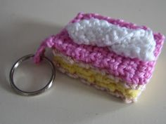 #haken, gratis patroon, tompouche, sleutelhanger, #crochet, free pattern (Dutch), pastry, keychain, amigurumi