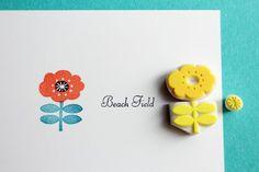 お花と葉っぱを色を変えて押せる 多色押し消しゴムはんこです。お花、真ん中のパーツ、葉っぱの3点セットです。【サンプル写真で使用したインク】ポピーのお花は、アートニックのバーミリオン、 葉っぱはバーサマジックのオーシャンデプス 真ん中の黒はバーサマジックのミッドナイトブラックを使用しています。大切なカードなどに押す前に、一度紙に試してみて下さいね。※多色押しはんこのため、台木があると非常に押し...