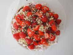Sommerdrøm på mandelbund | Opskrift på sommerdrøm med friske jordbær og rabarberskum på en mandelbund