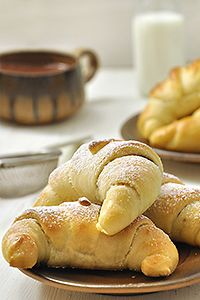 Quickly and easily krouasanakia stuffed with cheese and hazelnut praline / Quicker crescent rolls stuffed with cheese or nutella Finger Food Appetizers, Finger Foods, Hazelnut Praline, Braided Bread, Bread And Pastries, Crescent Rolls, Greek Recipes, Different Recipes, Sweet Bread