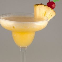 4 Different Mixed Alcohol Drinks- Homemade Mixed Alcohol Drink Recipes Mix Drinks, Smoothie Drinks, Party Drinks, Smoothies, Drinks Alcohol Recipes, Alcoholic Beverages, Drink Recipes, Cocktails, Pineapple Margarita