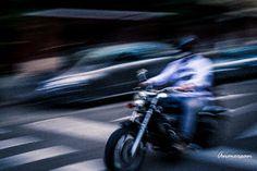 Proyecto 365 Anmersan: Foto 37-365 motorista fantasma. Estaba esta mañana haciendo fotos por la calle y durante un rato he estado haciendo barridos a los vehículos que pasaban y me ha gustado como ha quedado en este motorista...fantasma.