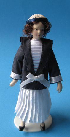 Dame im Plisseekleid Puppe für die Puppenstube Miniatur 1:12   c2613 / EAN:3597832613005