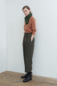 AUTUMN WINTER 2017 – NUTMEG MERINO RELAXED CREW NECK, GREEN BRITISH MERINO MHL. CHUNKY SCARF, ARMY GREEN BRUSHED COTTON LINEN EXTENDED WAISTBAND TROUSER, BLACK LEATHER HEAVY SOLED ANKLE BOOT