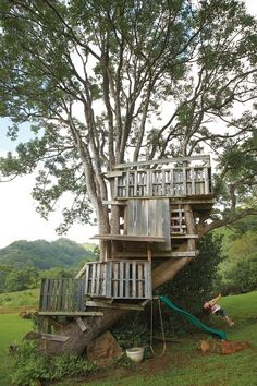 Gamby DIY Ag Shed Villa,Kauai-exterior treehouse made from pallets Modern Playhouse, Pallet Playhouse, Backyard Playhouse, Build A Playhouse, Pallet Fort, Outdoor Playhouses, Playhouse Ideas, Pallet Tree Houses, Cool Tree Houses