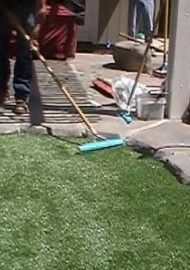 raking-infill-into-artificial-grass-02