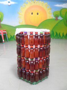 Caneca PET. Está hecha con botellas de color ámbar, porque es una botella que no se recicla facilmente en Colombia. El recipiente es utilizado para incentivar el reciclaje en los colegios, lugar donde son hechas por los niños.