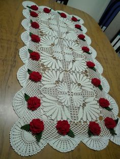 This is adorable Crochet Table Runner Pattern, Crochet Doily Rug, Crochet Quilt, Crochet Flower Patterns, Crochet Tablecloth, Thread Crochet, Filet Crochet, Crochet Gifts, Crochet Designs