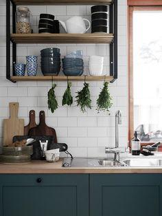 Jolie cuisine rustique chic dans une grande maison scandinave simple mais cozy sur @decocrush - www.decocrush.fr