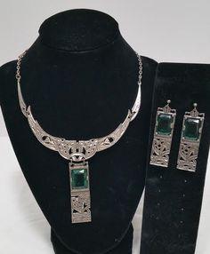 Antique Jewelry, Vintage Jewelry, Jewellery Uk, Green Stone, Vintage Signs, Stone Jewelry, Vintage Antiques, Jewelry Watches, Stones