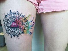 Baris Yesilbas est un artiste tatoueur d'Ankara qui réalise des tatouages aquarelles avec des formes géométriques et des symétries.