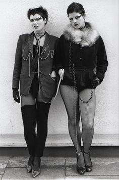 Punk girls by Steve Johnston, London Phong cách punk rock khác so với… Fashion Moda, 70s Fashion, Girl Fashion, Punk Rock Fashion, Fashion Shirts, Latex Fashion, Fashion Boots, Fashion Dresses, Diesel Punk